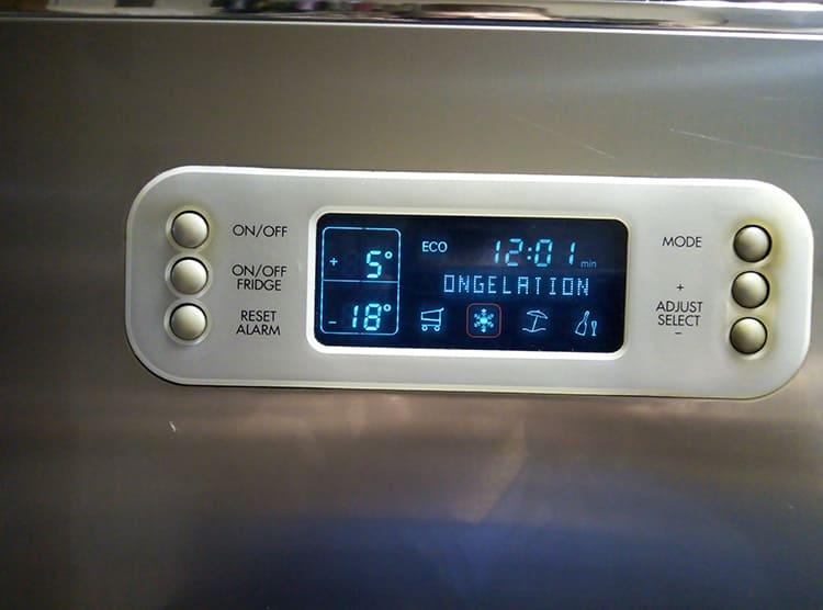 Холодильники с электронным управлением чувствительны к скачкам напряженияФОТО: складтехники.рф