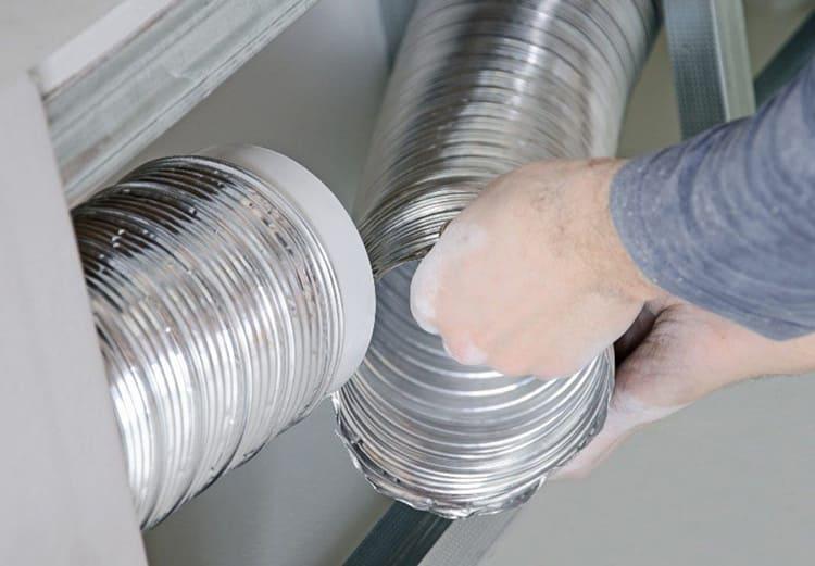 Если одной гофры недостаточно, можно соединить между собой две трубы при помощи пластиковой муфтыФОТО: topventilyaciya.ru