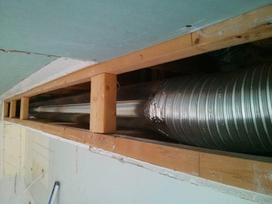 Гофрированный воздуховод можно спрятать в гипсокартонный короб многоуровневого потолкаФОТО: tehnashop.ru