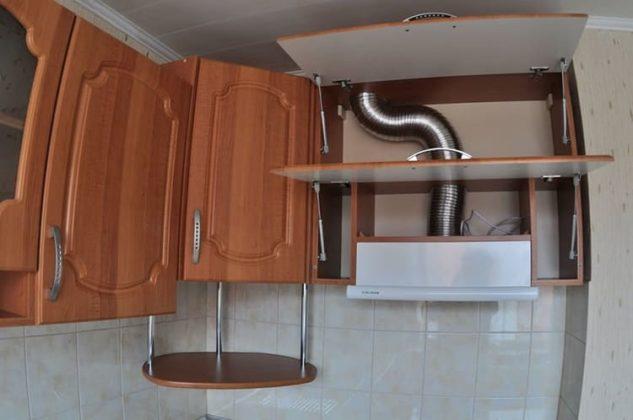 Маскировка трубы в навесном шкафу кухонного гарнитураФОТО: oventilyacii.ru
