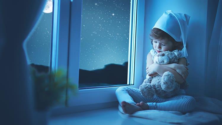 Кроме того, такие устройства обезопасят жильцов от случайных травм: например, если ребёнок проснётся ночью и захочет пойти по коридору к спальне родителей, датчики включат ему свет и не позволят споткнуться и упасть ФОТО: ne-kurim.ru