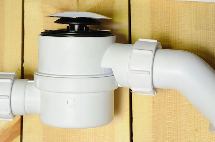 Многие производители купелей изначально включают в комплект автоматические сифоны, которые соответствуют общему дизайну изделияФОТО: mcalpine.ru