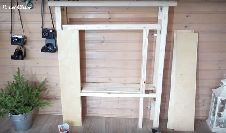 Для каркаса своей конструкции я использовала деревянный брус с шириной грани 4 см. В общей сложности у меня ушло около 10 м такого бурса. Ещё мне понадобились две метровые доски: на крышку и полку, а также лист фанеры для обшивки