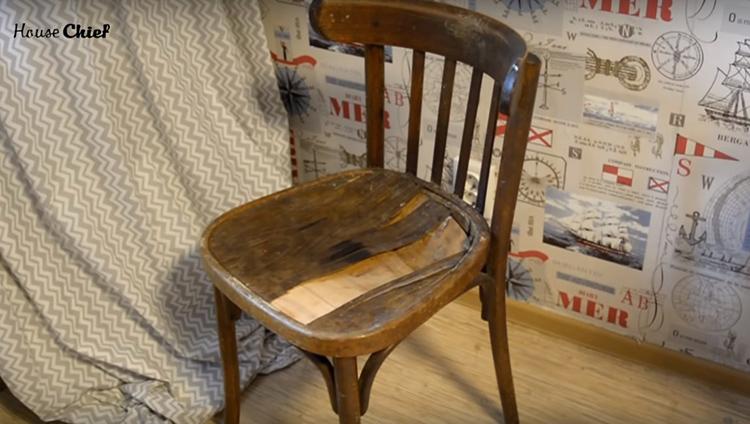 Вот, например, старый стул – казалось бы, он безнадёжен, но я не просто его восстановила, но и увезла в квартиру и он теперь стоит у компьютерного стола. А ведь у него была прямая перспектива отправиться в топку