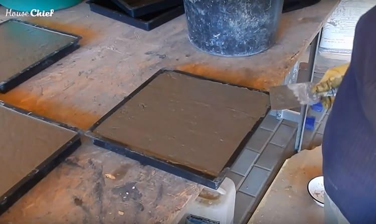 Когда бетон хорошо осел в форме, поверхность разгладила обычным шпателем