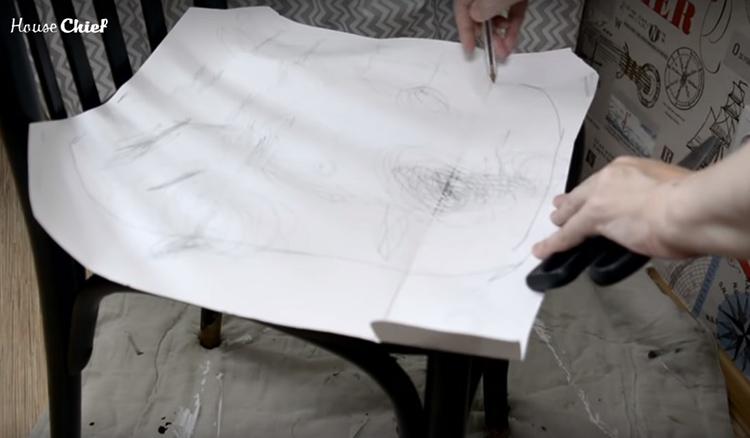 Я приложила лист бумаги к основе сидения и обвела его контуры