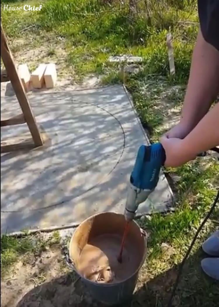 Для укладки огнеупорного кирпича взяли шамотную глину для печей в мешках. Замесили её с водой до консистенции густой сметаны
