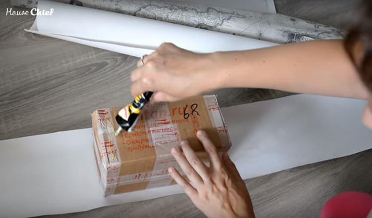 Использовала прозрачный клей Момент «Кристалл» для оклеивания коробок кусками обоев. Просто обернула их по периметру