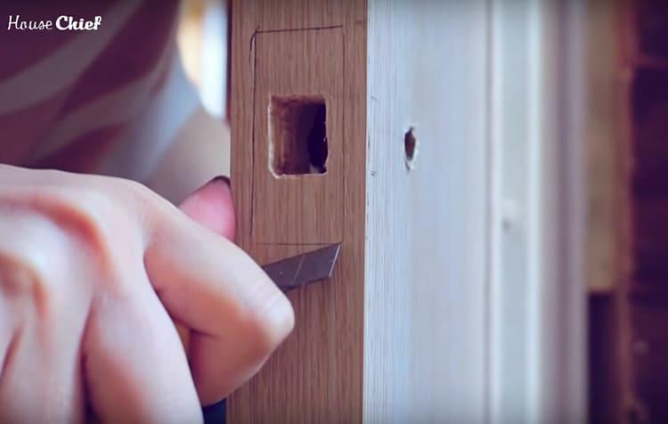 По контуру рамки нужно выбрать ламинат на глубину примерно 2-3 мм. Можно обрезать строительным ножом