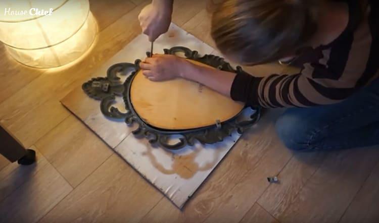 Потом заказала в мастерской зеркальное полотно по размеру рамы и вставила его, закрепив с обратной стороны куском фанеры