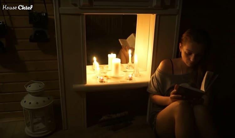 Я ставила в него ароматические свечи. Огонь отражался от зеркала, и от камина было так светло, что можно даже читать
