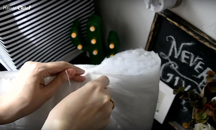 Чтобы синтепон не растрёпывался в процессе эксплуатации, зашила подушку в месте разреза
