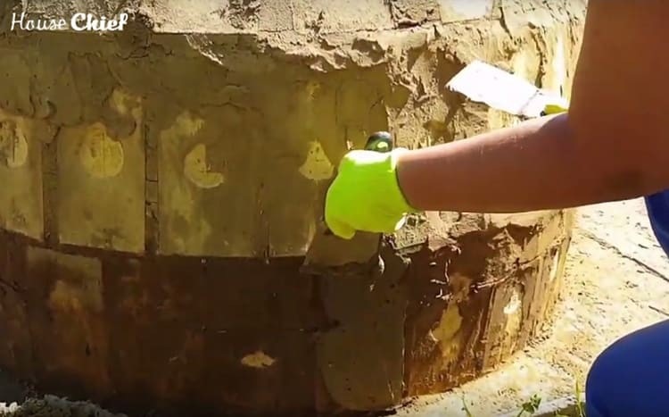 Мы покрывали наш тандыр сплошным слоем, затирая щели, которые образовались после просушки