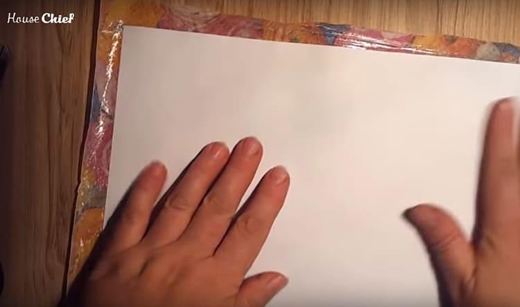 Этот слой приклеится к бумаге. Переверните заготовку