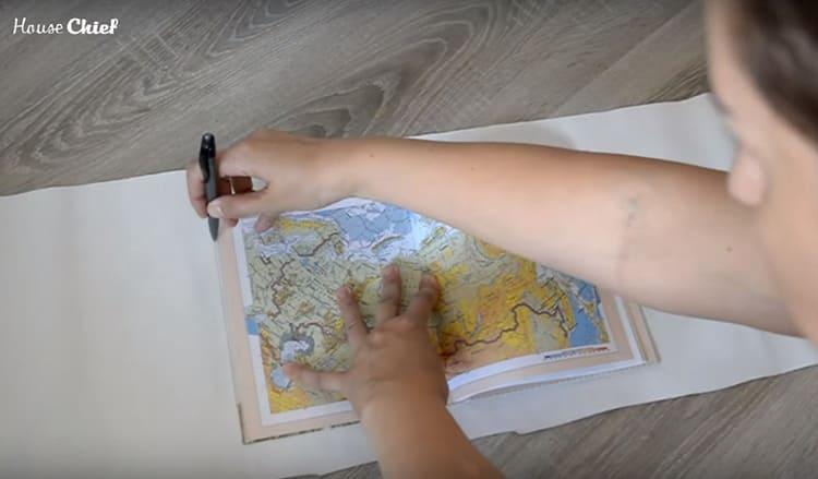 Разложила дневник на куске обоев, который остался после подгонки, и обвела карандашом с припуском в 5 см