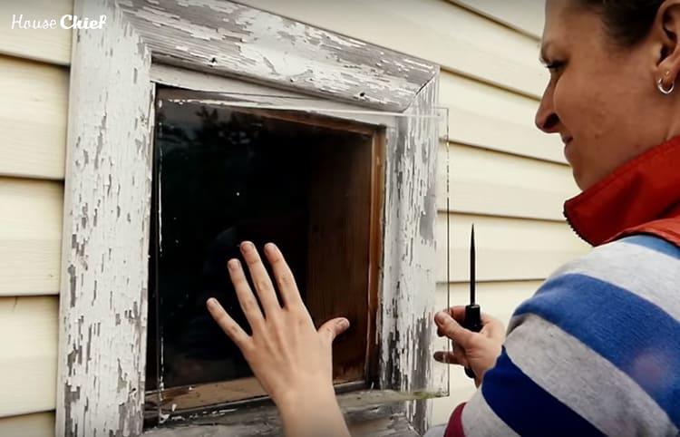 Мне пришлось выставить окно, и, пока я ковыряла раму, бабуля вытирала за моей спиной слёзы платочком