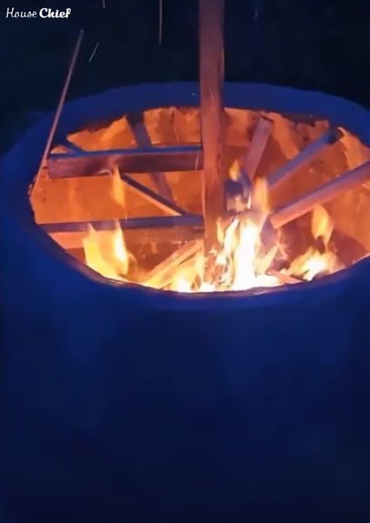 Накидали ещё немного веток в качестве дров и сожгли