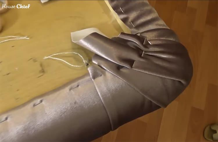 Этим же степлером под натяжением закрепляют и края ткани