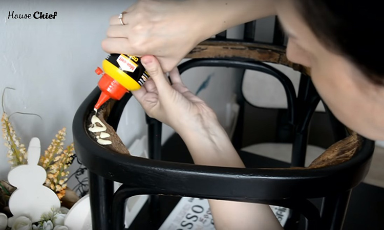Тот же столярный клей пригодился мне для фиксации нового сидения на основе. Я нанесла его по всему периметру