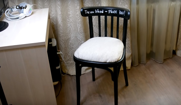Этот стул теперь стоит у нас в квартире у компьютерного столика