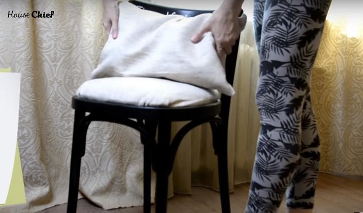А оставшийся кусочек подушки из Фикспрайса я тоже зашила, сделала на неё чехол и использую теперь под спину на этом же стуле