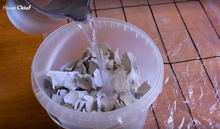 Бумажные обрывки я залила тёплой водой и оставила на два часа размокать