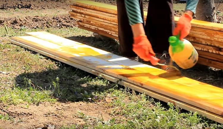 Все материалы: доски и колья, мы обработали антисептиком, чтобы при прямом контакте с землёй и влагой они не гнили