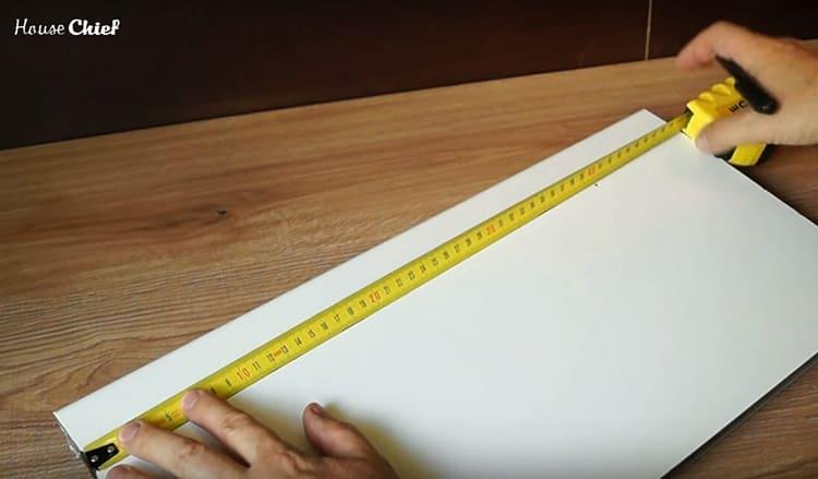 Я отмерила куски подоконника так, чтобы длина соответствовала длине ящика