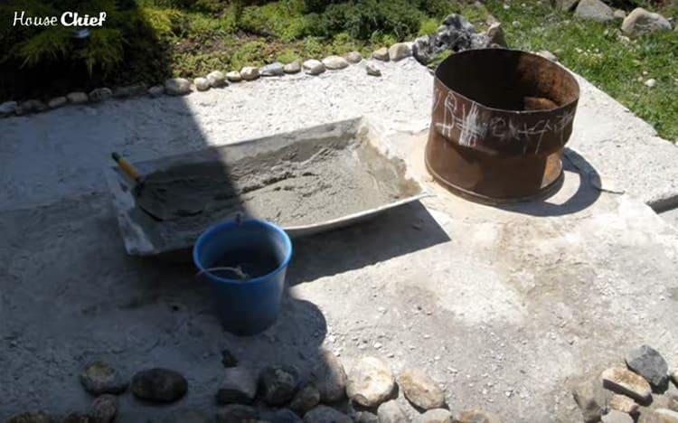 Для дальнейшей работы нам потребовалось немного песка и цемента. Сделали раствор и после обеда приступили к работе