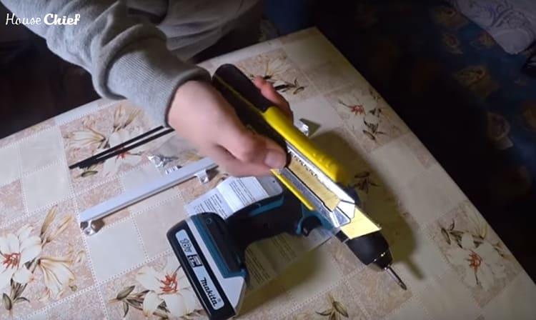 Для работы потребуется строительный нож и шуруповёрт
