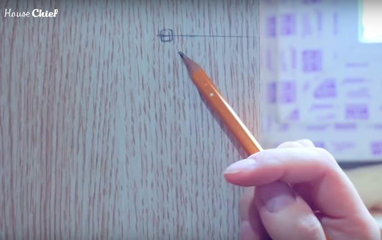 Вот самая главная отметка на полотне: место расположения ручки, которая пройдёт сквозь дверь и замок