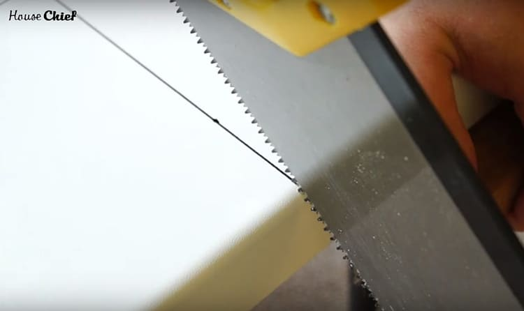 Пластик легко режется обычной ножовкой