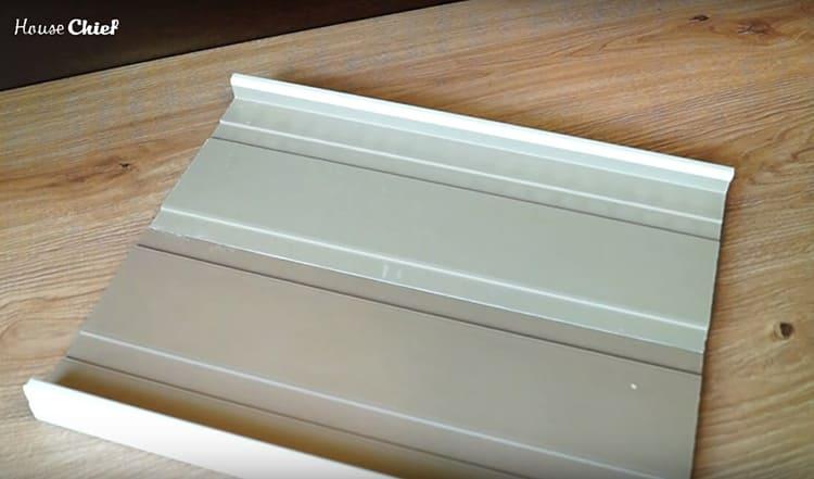 Два сложенных куска подоконника – это ширина ящика. Загнутые части должны заходить за края ящика