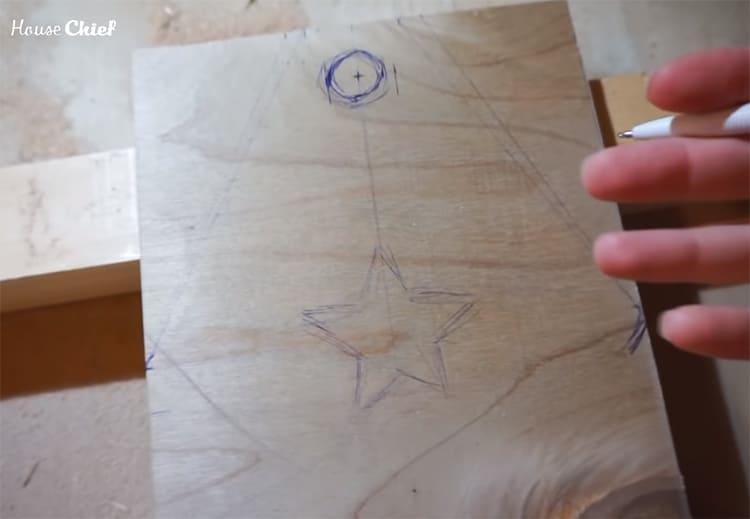 На торцевых сторонах ящика я решила вырезать сквозные отверстия в форме звёздочек. Да, непросто, но душа требовала красоты даже в такой утилитарной вещи