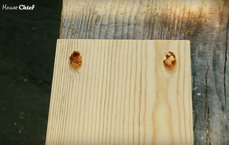 Я использовала кондуктор для сборки каркаса – на широкой доске, которая будет опорой для лежака. Через эти наклонные отверстия я закрепила раму