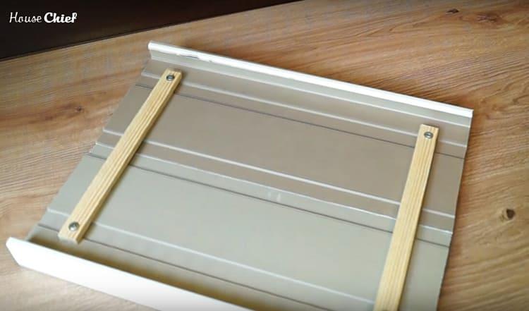 Соединила я эти две детали с помощью деревянных планок и саморезов. В пластик саморезы заходят очень легко, это можно делать вручную обычной отвёрткой