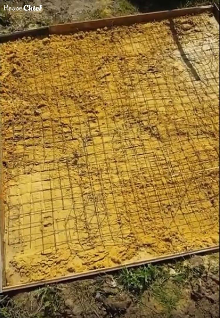 На песок уложили металлическую сетку для армирования