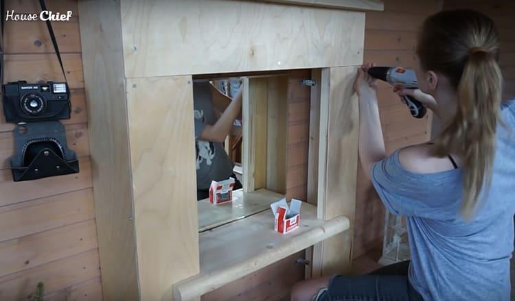 Следующий этап – обшивка каркаса фанерой так, чтобы получился короб. Здесь я тоже использовала саморезы