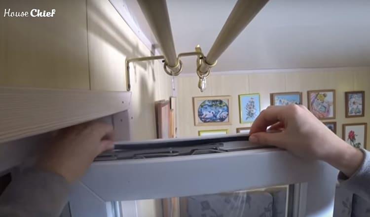 Резинку следует удалить, а на её место установить ту, что идёт в комплекте