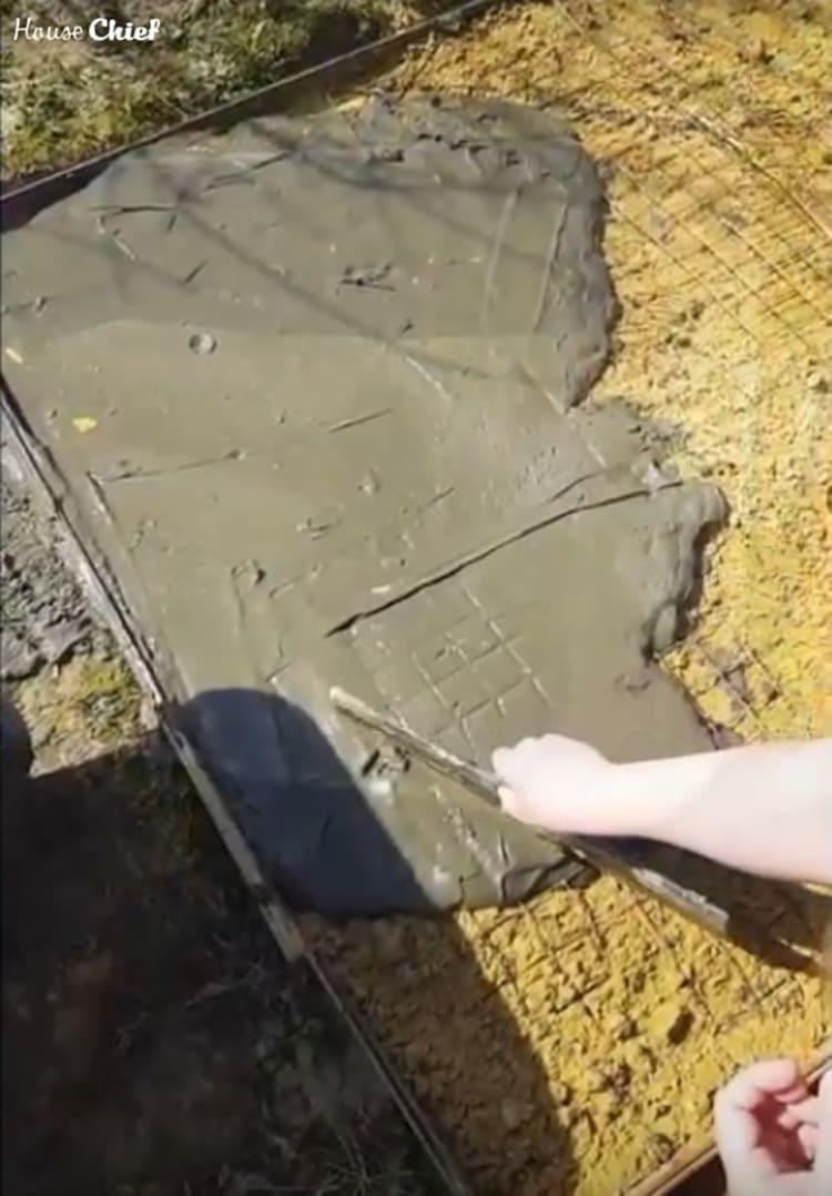 Намесили бетон и залили им сетку, попутно разравнивая поверхность