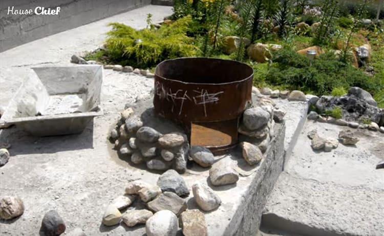 С каждым рядом снова заливали бетон в промежуток между бочкой и камнями