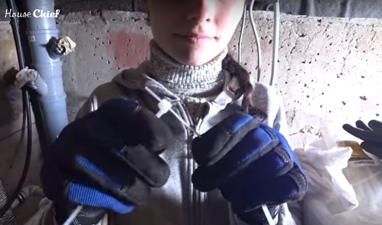 Я использовала для крепления по две стяжки в сцепке. Надёжно и аккуратно