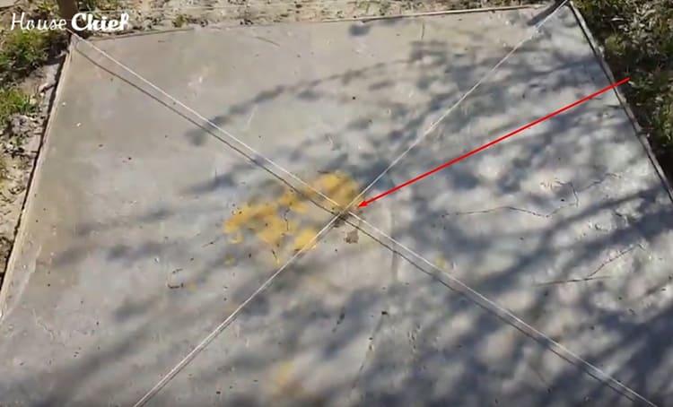 Для начала, наметили центр на нашей бетонированной площадке
