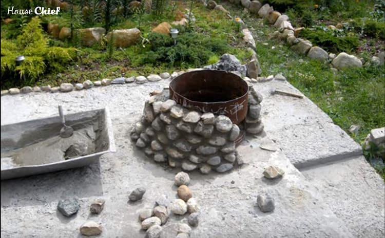 Чем выше был ряд, тем меньше раствора мы заливали в промежуток и тем ближе к бочке ставили камни