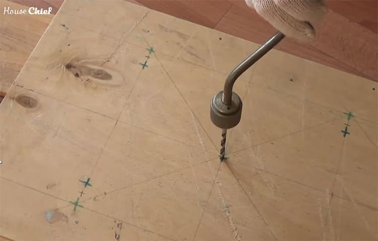 В отмеченных местах проколов я сделала отверстия ручной дрелью. Было бы здорово, если бы у меня была электрическая, но, увы, таковой под рукой не оказалось