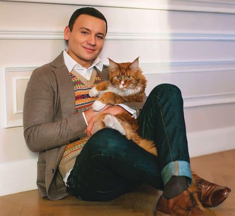 Александр Олешко очень любит котов, поэтому выбирал обивку с учётом небольших шалостей питомцев ФОТО: nedvijdom.ru