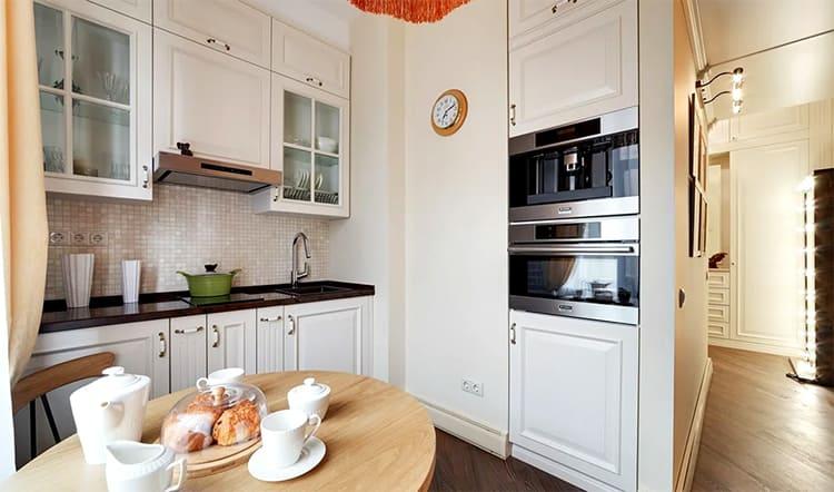 На кухне двери решили не устанавливать, просто оставили открытым дверной проём ФОТО: klademkirpich.ru