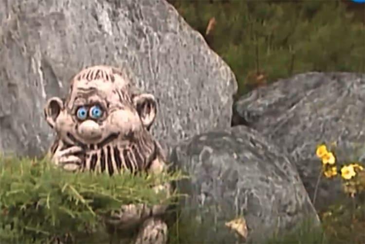 Около оригинальных композиций с камнями расставлены уникальные сказочные существаФОТО: youtube.com