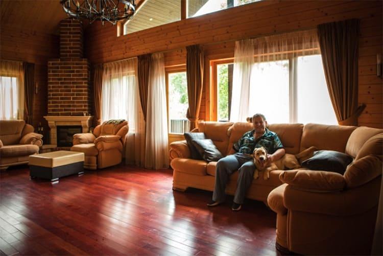 Благодаря верхним окнам мансарды комната отдыха наполнена дополнительным светомФОТО: remkasam.ru