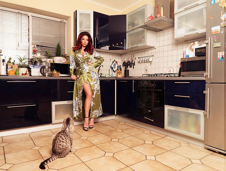 Для пола в зоне кухни выбрали кафель с квадратными декоративными вставкамиФОТО:museblog.ru